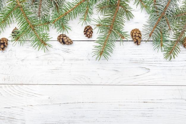 Рождественская композиция с рамой из еловых веток и сосновых шишек. плоская планировка, вид сверху