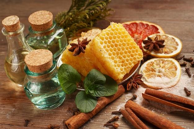 蜂蜜、シナモン、木製のテーブルのドライフルーツ。健康的な食事。