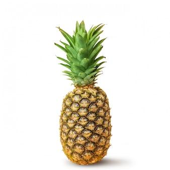 Сочный ананас на белой предпосылке. изолированные.