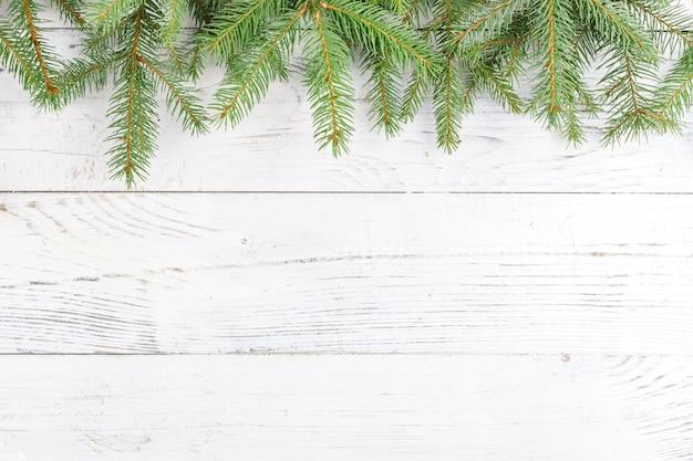 Рождественская композиция с рамкой из еловых веток. плоская планировка, вид сверху
