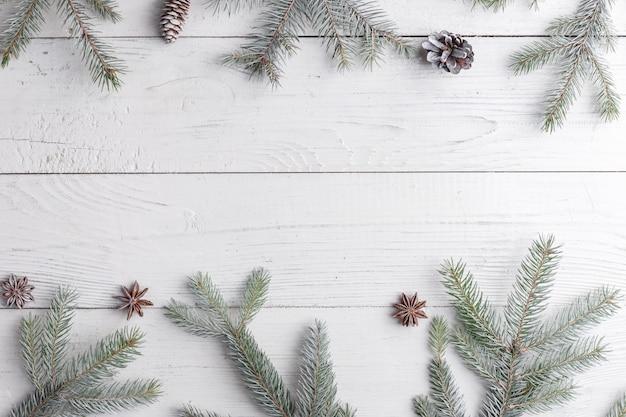 モミの枝、クリスマスの装飾、松ぼっくりのフレームでクリスマス組成。フラット横たわっていた、トップビュー