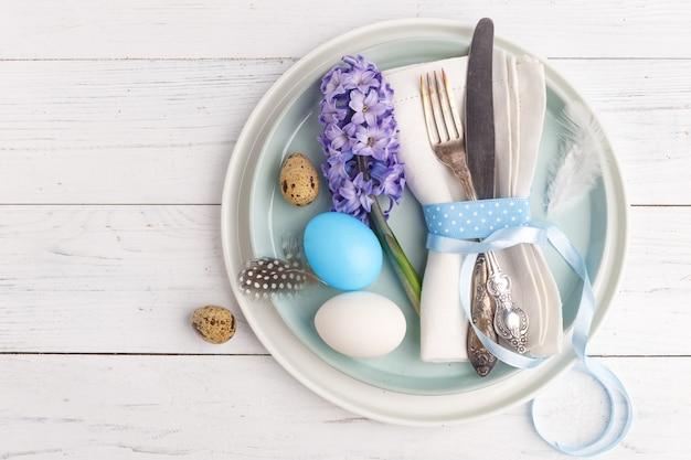 Урегулирование места пасхи с пасхальными яйцами. вид сверху. копировать пространство