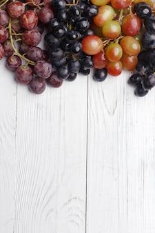 Пучки спелый виноград на деревянном столе. вид сверху.