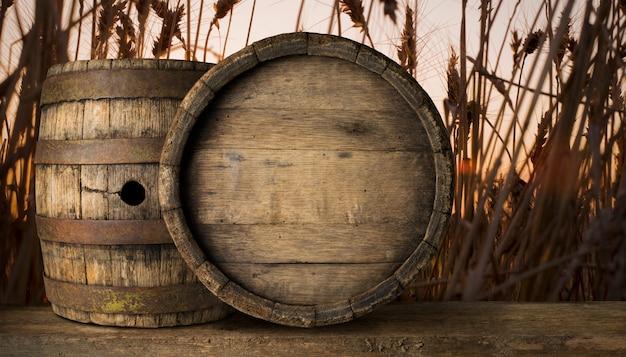 バレルと小麦の背景の着用の古いテーブルの背景