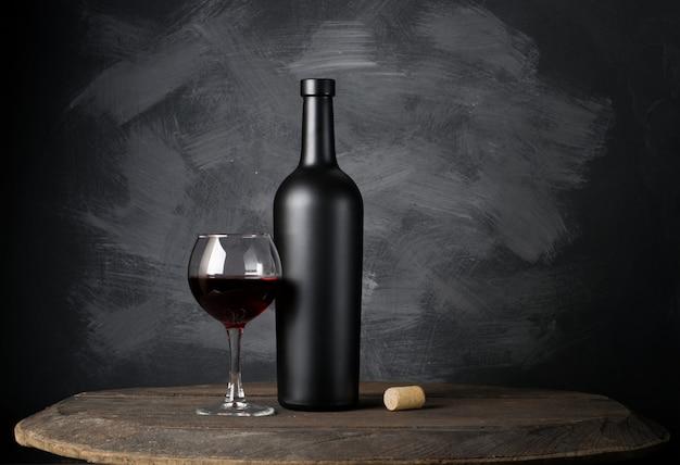 木の上の赤ワインの瓶