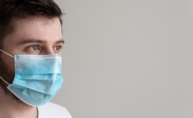 医療マスクを身に着けている男の肖像