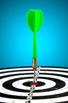 中央に矢印があるターゲット。目標を達成します。