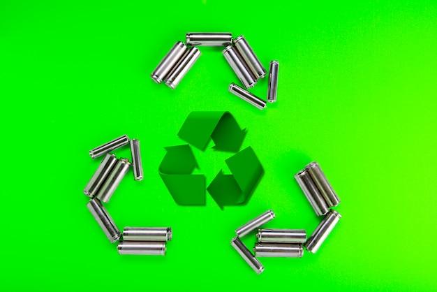 リサイクルシンボルの形の電池。バッテリーのリサイクル、環境コンセプト。