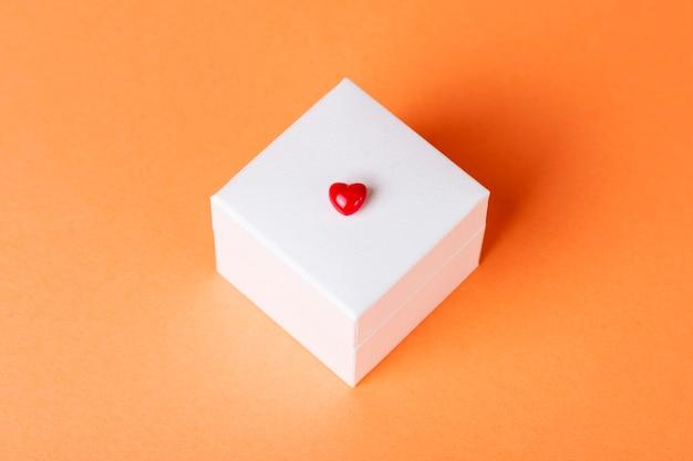 オレンジ色の白い四角い箱