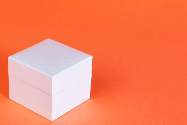 オレンジに分離された白い四角い箱