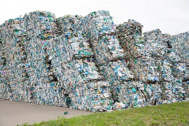 ごみ収集工場でのテトラパックのプレス缶の山