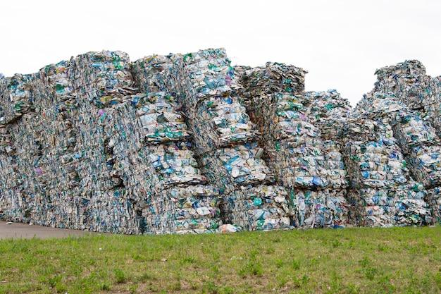 Куча прессованных банок тетрапак на заводе по сбору мусора
