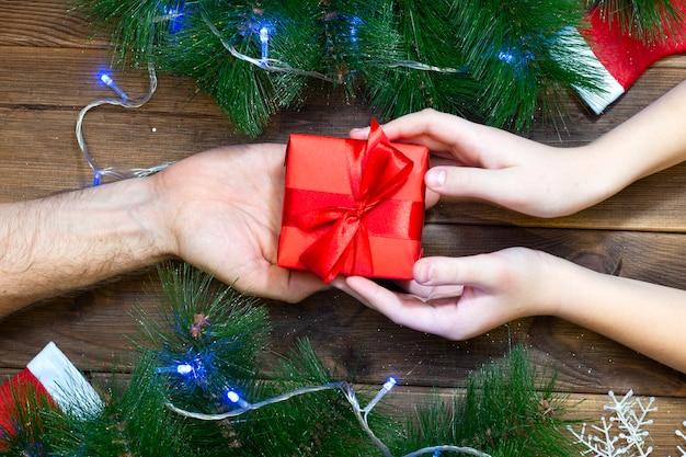 父は彼の子供にクリスマスプレゼントを与える