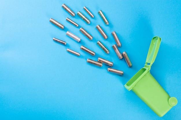 バッテリー。廃棄物のリサイクル。生態学的なコンセプト。