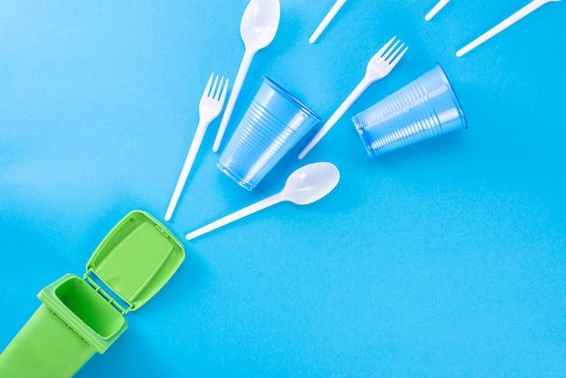 Бытовые отходы и мусорный контейнер. концепция сортировки пластика, полиэтилена, картона, бумаги, стекла. охрана окружающей среды, экология