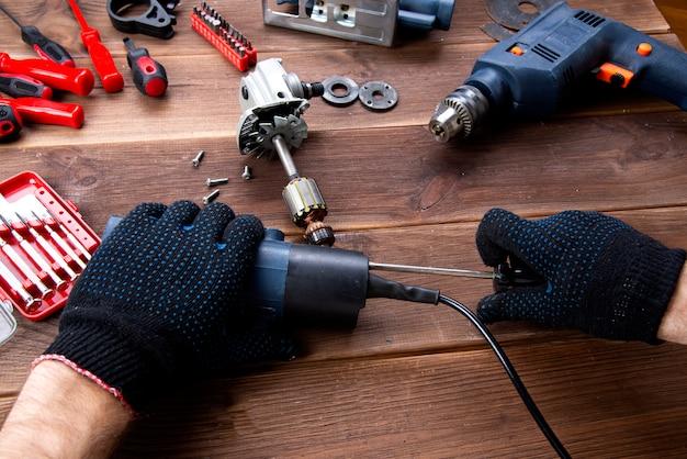 マスターは壊れた電気機器を修理します
