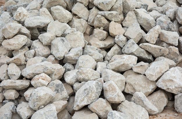 砕石の背景。防波用の石