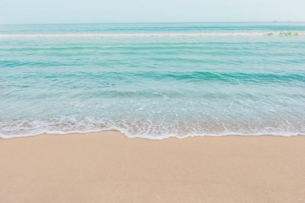 空の砂浜のビーチで海の柔らかい波