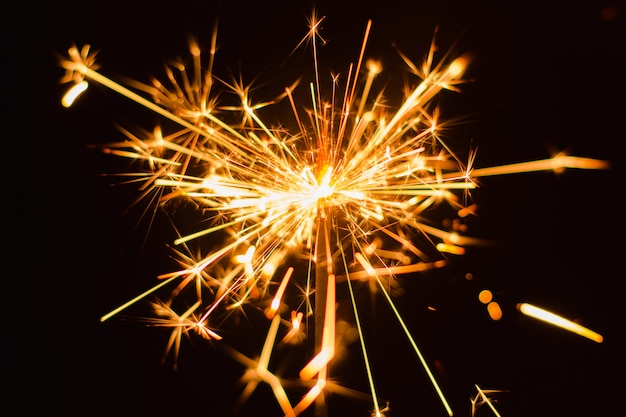 線香花火の背景。クリスマスと新年の線香花火休日の背景。