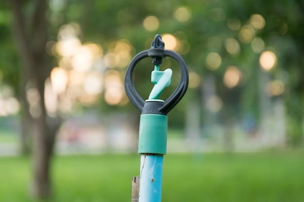 Спринклеры поливают и закат боке