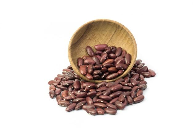 白い背景で隔離された茶色の木製のボウルに赤豆