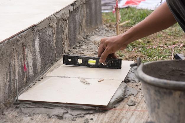 改修中の設置セラミックタイルの垂直直線性の測定