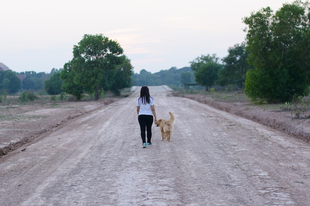 Женщина и собака золотая прогулка