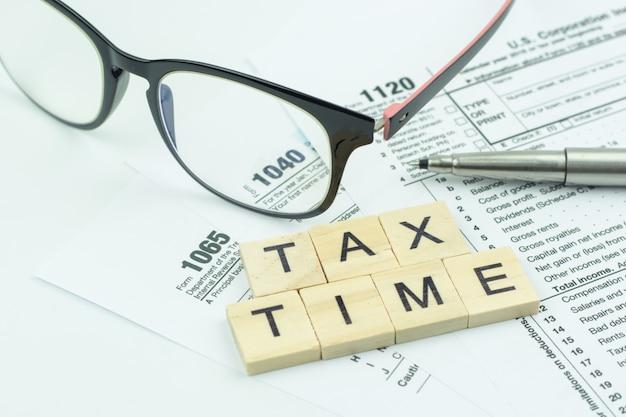 米国納税申告書のある納税時間テキスト木製ブロック