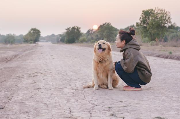 犬と遊んでいる友情の少女