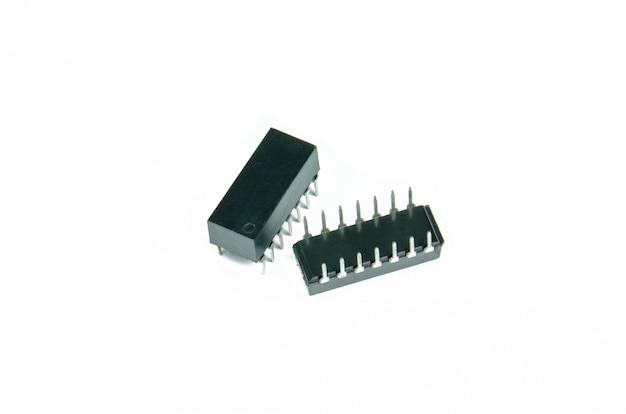 白で隔離されるディップパッケージの集積回路