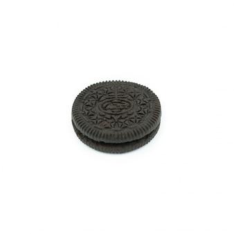 白で隔離されるクリームファイリングとチョコレートクッキー