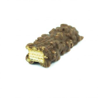 ウェーハキャラメルと白で隔離されるチョコレート