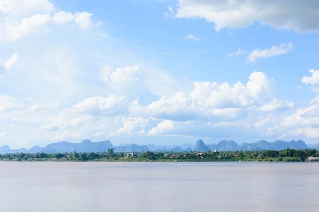メコン川とブルースカイ