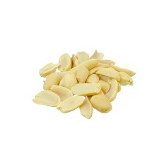 ピーナッツの皮をむいて、白で隔離される配置