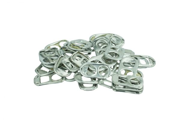 Кольцо тянуть алюминиевые банки на белом фоне
