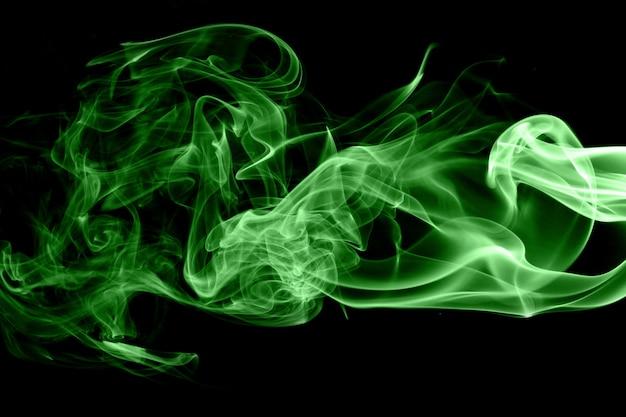 黒の背景に緑色の煙
