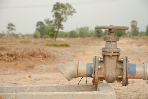 灌漑用パイプと給水用バルブ