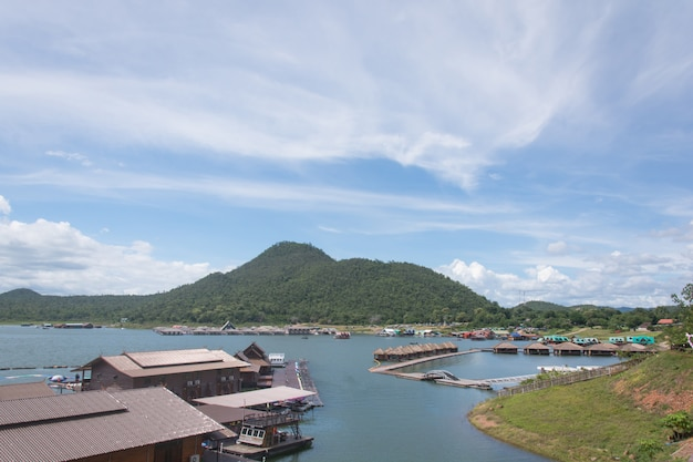 Курортный деревянный дом, плавающий на плотине сринакарин, канчанабури, таиланд