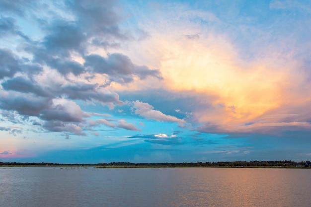 空と雲夕焼けの光の効果と夕焼け。雲の夕暮れと劇的な空