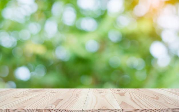 空の木製テーブルトップとぼかし自然