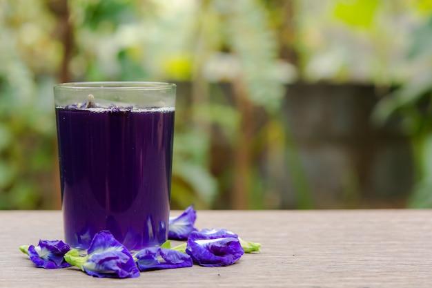 蝶エンドウ豆ジュースと木材に蝶エンドウ豆の花