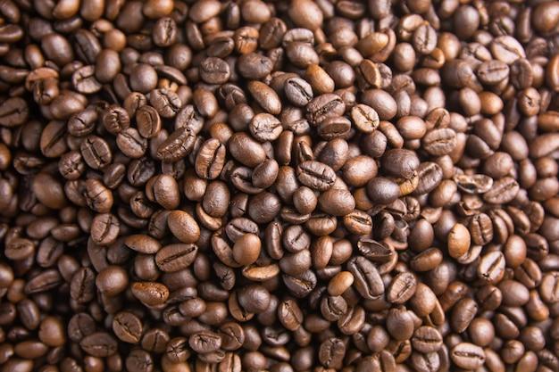 Фон жареного кофе в зернах, коричневый кофе в зернах можно использовать в качестве фона