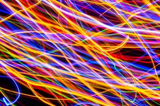 モーション背景、抽象的な輝くカラフルな線、低速シャッターで長時間露光でカラフルなライト
