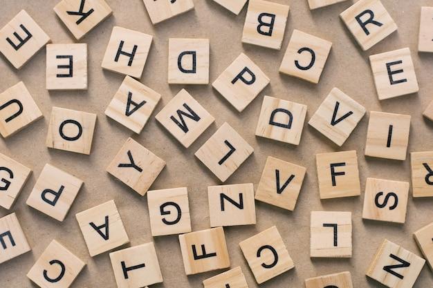 活字木版印刷ブロックの背景、アルファベットのランダムな文字