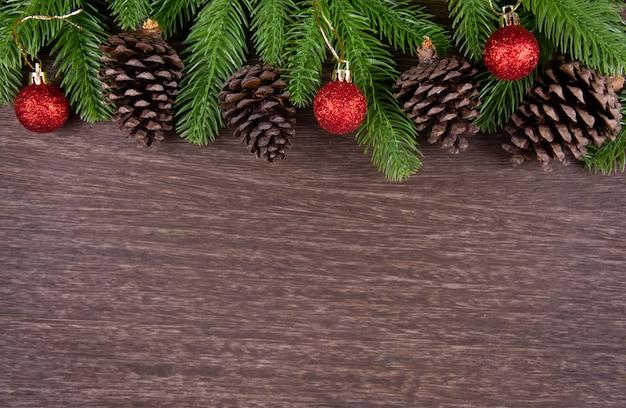 モミの木の枝とのクリスマスの装飾