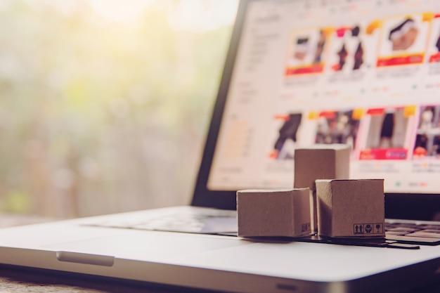 Бумажные коробки и кредитная карта на клавиатуре ноутбука