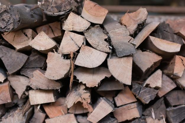 木のログの背景。年輪。パイル木材。森林破壊テーマ。木材産業。チョップド・ウッド。ウッドパイルシーン。