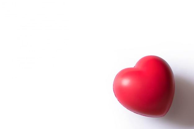 赤いハート:バレンタインカードのための形の中心を持つ赤いボール泡。白のストレス解消フォームボール