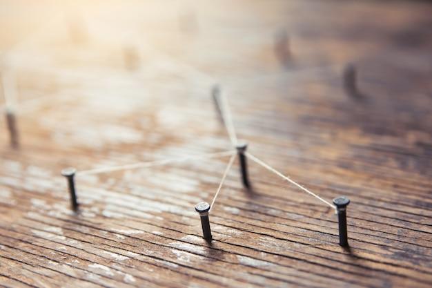 ネットワークを接続する。厚板木材に白糸で接続されたシミュレータネットワーク、ソーシャルメディア
