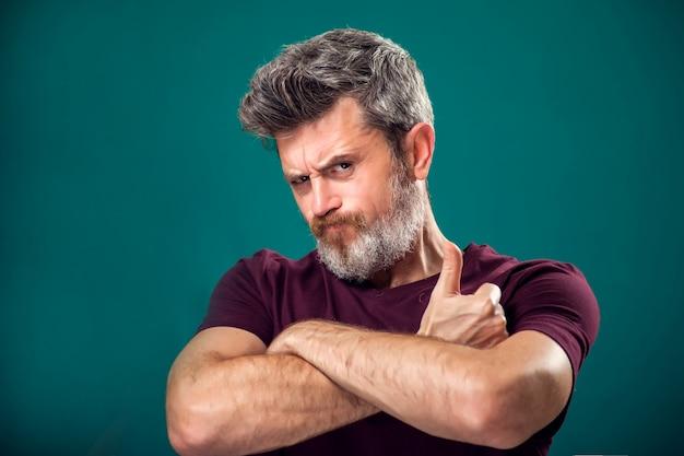 Портрет бородатого мужчины в красной футболке, показывая большой палец вверх жест. концепция людей и эмоций